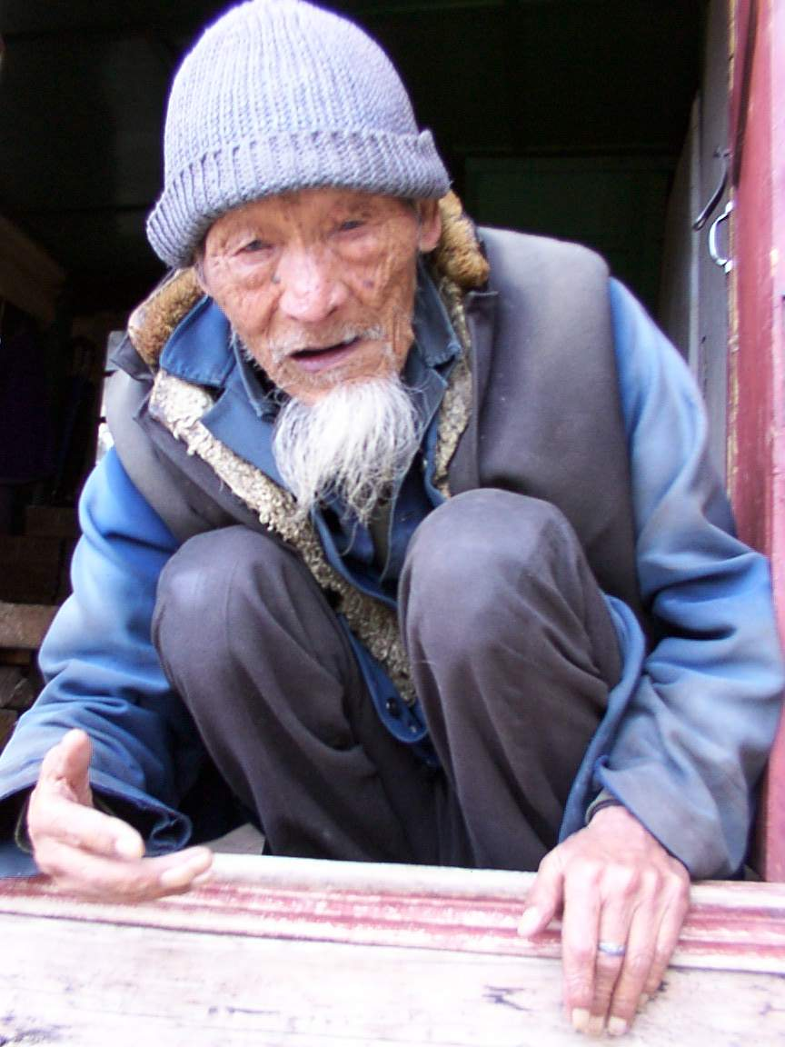 94%20YEAR%20OLD%20MAN%20IN%20LIJIANG.jpg